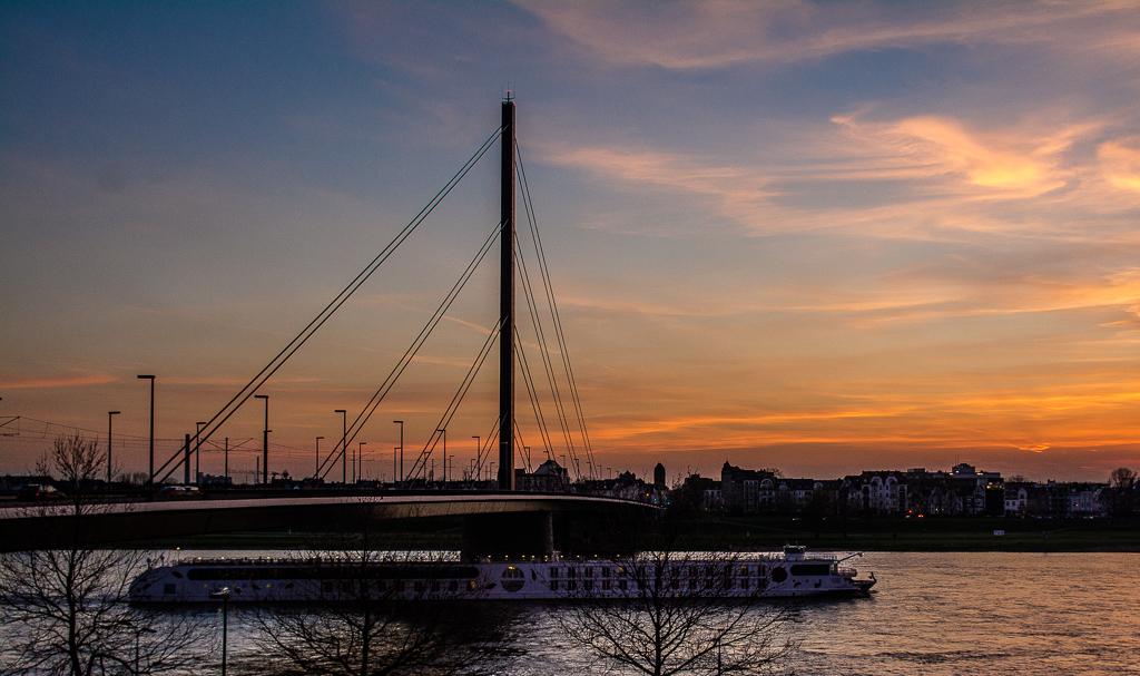 Abends am Rheinufer in Düsseldorf
