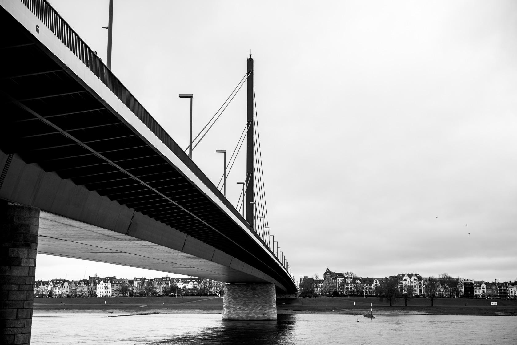 Der Rhein mit Brücke